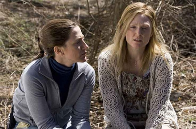 Edie Falco y Julianne Moore en El Color del Crimen