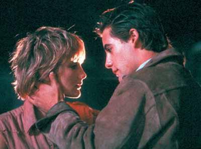 Jenny Wright y Adrian Pasdar en Los Viajeros de la Noche