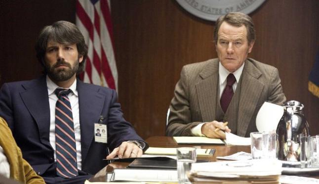 Ben Affleck y Bryan Cranston en Argo
