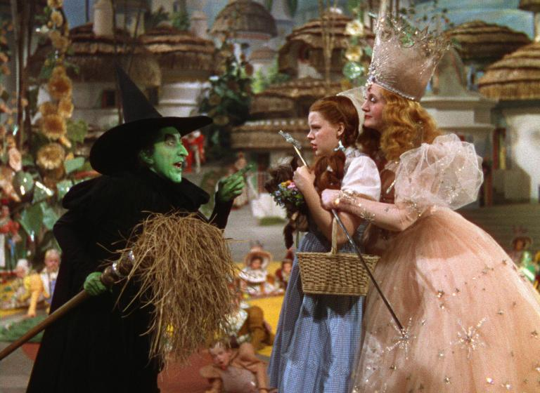 Margaret Hamilton, Judy Garland y Billie Burke en El Mago de Oz