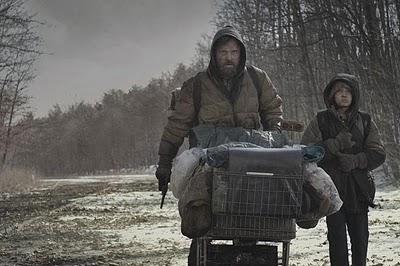 Viggo Mortensen y Kodi Smit-McPhee en La Carretera