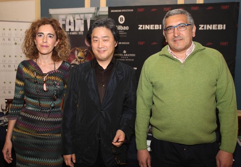 """Ibone Bengoetxea, concejala de Cultura del Ayuntamiento de Bilbao, Park Chan-Wook y JUsto Ezenarro, director de FANT, en la presentación a los medios del filme """"Stoker"""""""