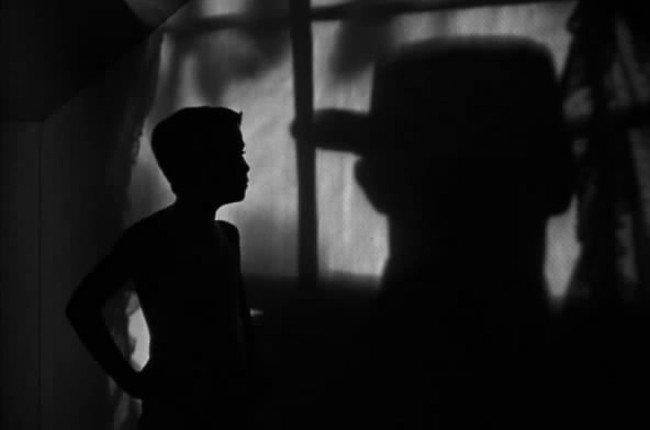 Billy Chapin con la sobra del cazador en La Noche del Cazador