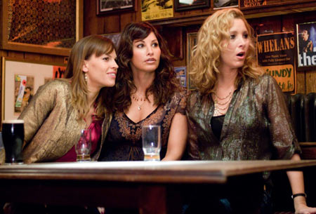 Hilary Swank, Gina Gershon y Lisa Kudrow en Posdata Te Quiero
