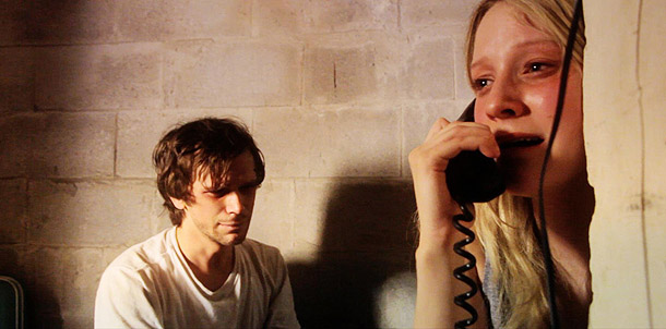 Ryan Kotack y Lyndsay Smith en In the House of Flies