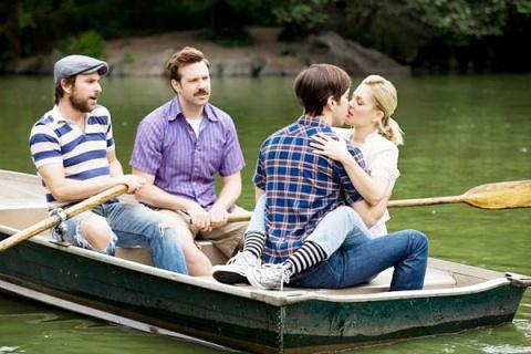 Charlie Day, Jason Sudeikis, Justin Long y Drew Barrymore en Salvando las Distancias