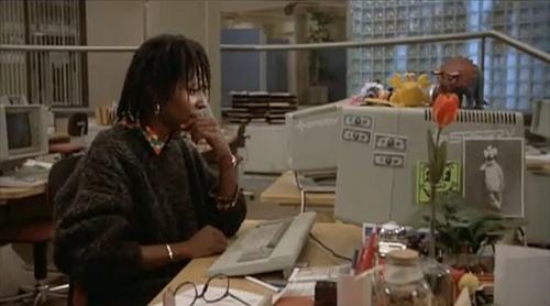 whoopi-goldberg-frente-al-ordenador-en-jumpin'-jack-flash-diario-de-una-cinefila