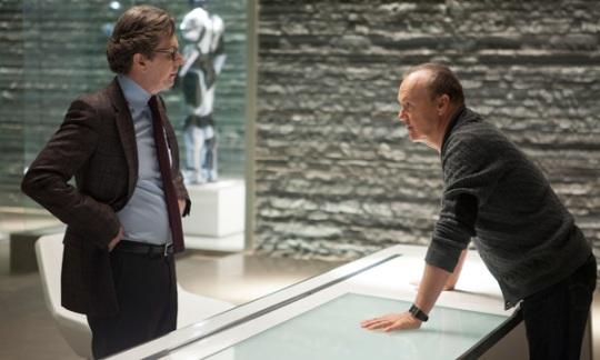 Gary Oldman y Michael Keaton en RoboCop 2014