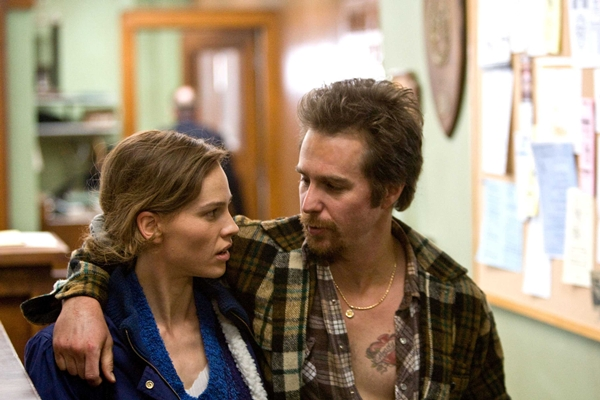 Hillary Swank y Sam Rockwell en Betty Anne Waters