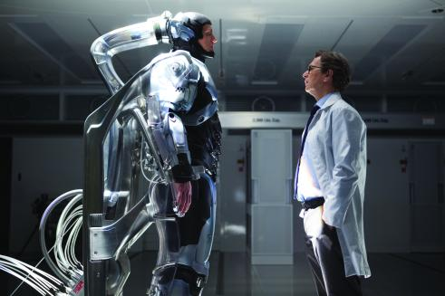 Joel Kinnaman y Gary Oldman en RoboCop 2014