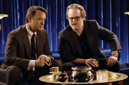 Tom hanks y Philip Seymour Hoffman en La Guerra de Charlie Wilson