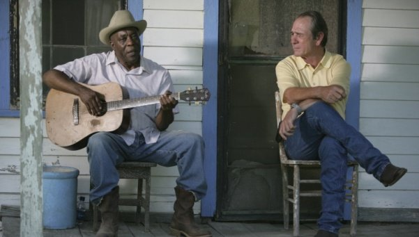 Buddy Guy y Tommy Lee Jones en En el Centro de la Tormenta