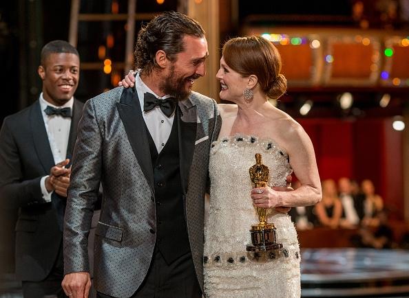 Matthew MacConaughey y Julianne Moore tras recoger ella su Oscar 2015