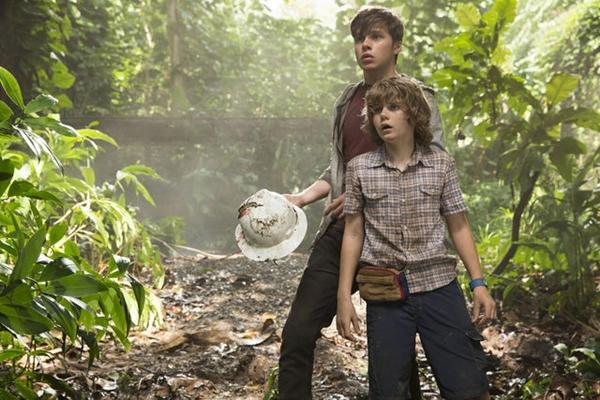Nick Robinson y Ty Simpkins en Jurassic World