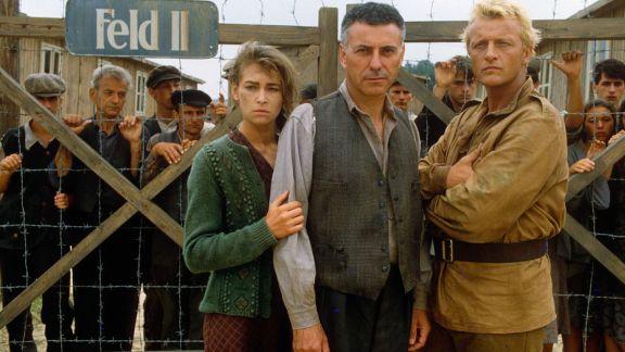 Joanna Pacula, Alan Arkin y Rutger Hauer en Escape de Sobibor