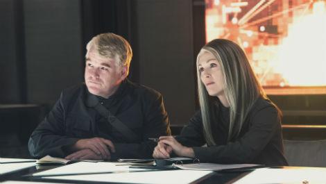 Philip Seymour Hoffman y Julianne Moore en Los Juegos del Hambre: Sinsajo Parte 1