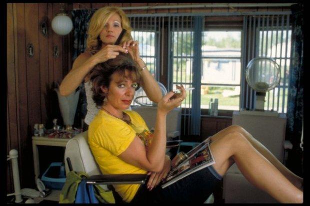Allison Janney y Ellen Barkin en Drop Dead Gorgeous (Muérete Bonita)