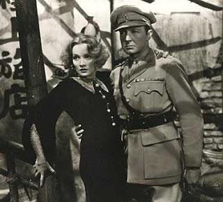 Marlene Dietrich y Clive Brook en El Expreso de Shanghai