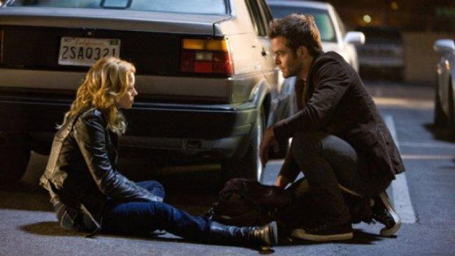 Elizabeth Banks y Chris Pine en Así Somos