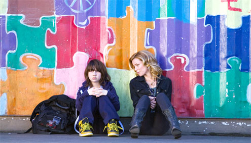 Michael Hall D'Addario y Elizabeth Banks en Así Somos