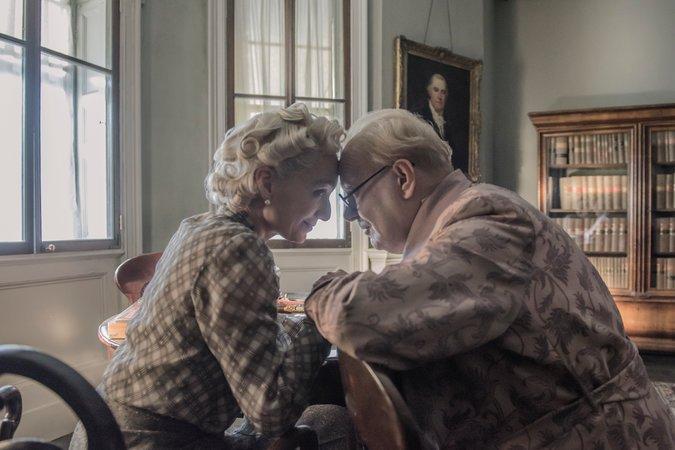 Kristin Scott Thomas y Gary Oldman en Darkest Hour