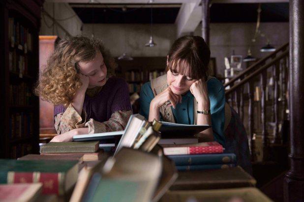 Honor Kneafsey y Emily Mortimer en La Librería
