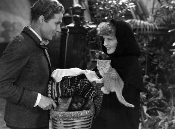 Douglass Montgomery y Katharine Hepburn en Las Cuatro Hermanitas