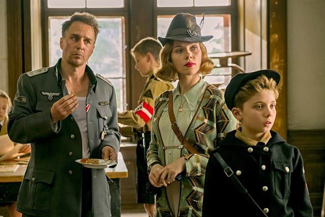 Sam Rockwell, Scarlett Johansson y Roma Griffin Davis en Jojo Rabbit