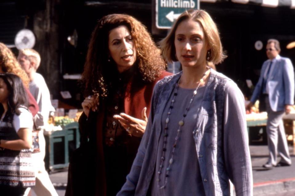 Roma Maffia y Caroline Goodall en Acoso