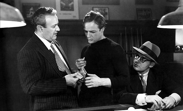 Lee J. Cobb y Marlon Brando en La Ley del Silencio